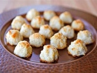 Lemony Almond Macaroons Close