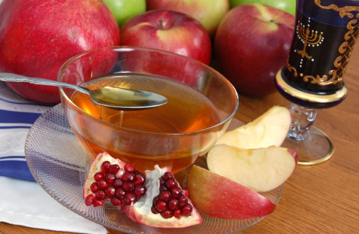 Rosh Hashanah Menu Ideas - Discover delicious recipes to serve at your Rosh Hashanah seder | ToriAvey.com #roshhashanah #newyear #kosher #jewishholidays #highholidays #TorisKitchen