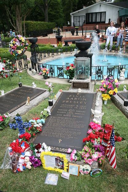 800px-Elvis_grave_Graceland