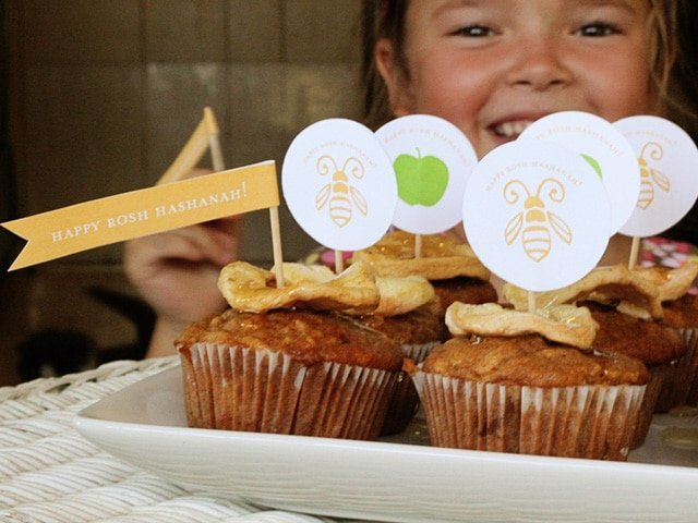 Rosh Hashanah Honey Apple Cupcakes - Rosh Hashanah cupcakes with free festive printable from Brenda Ponnay. Teach kids the meaning behind a fun Jewish holiday tradition. Crafts, Family, Jewish Holidays.