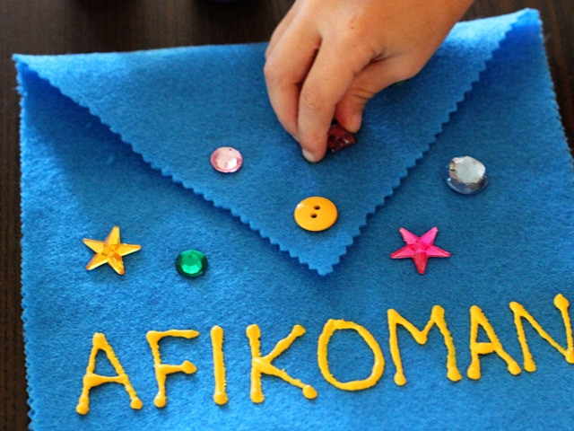 Afikoman Bag for Passover - Learn to make a decorated fabric afikoman bag from Brenda Ponnay. Easy fun passover craft project for kids and family. Afikomen, matzo, Passover, Seder.
