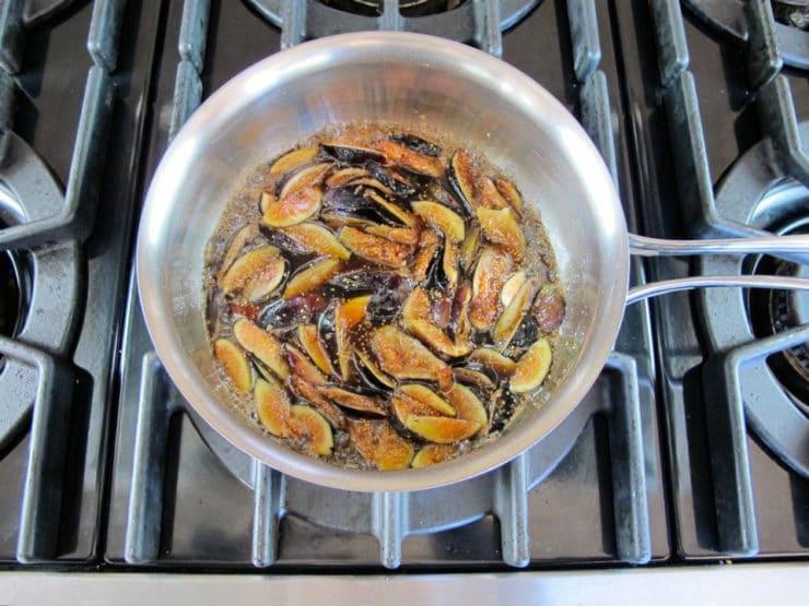 Soaking figs in brown sugar in a saucepan.