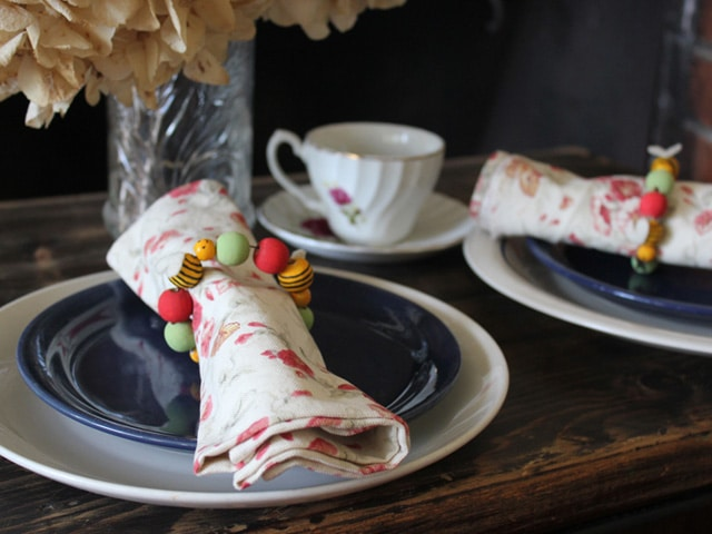 Rosh Hashanah Apple & Honey Bee Napkin Rings - An easy kid-friendly craft for Jewish holidays. Includes step-by-step photo illustrated instructions from Brenda Ponnay.
