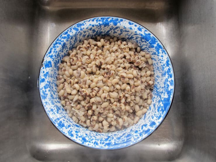 Cooked black eyed peas in a colander.