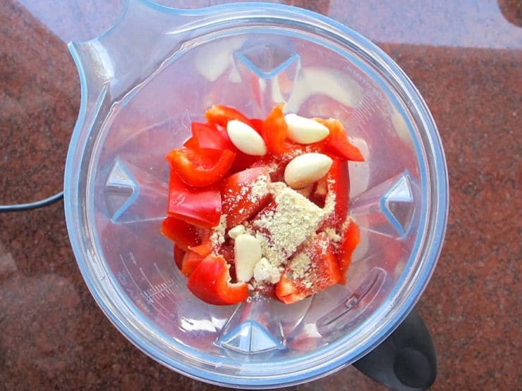 Bell peppers, tomatoes and garlic in a blender.