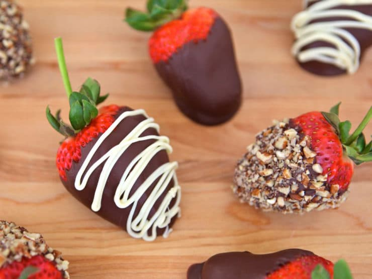 How to Make Chocolate Dipped Strawberries - Learn to make beautiful chocolate dipped strawberries in this easy tutorial. Makes a beautiful and delicious homemade gift. Dairy or Pareve.