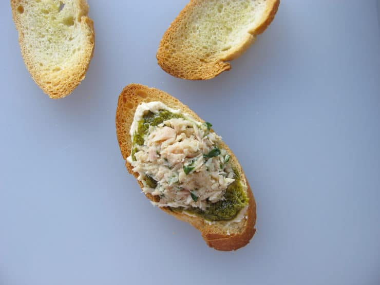 Tuna salad on pesto.