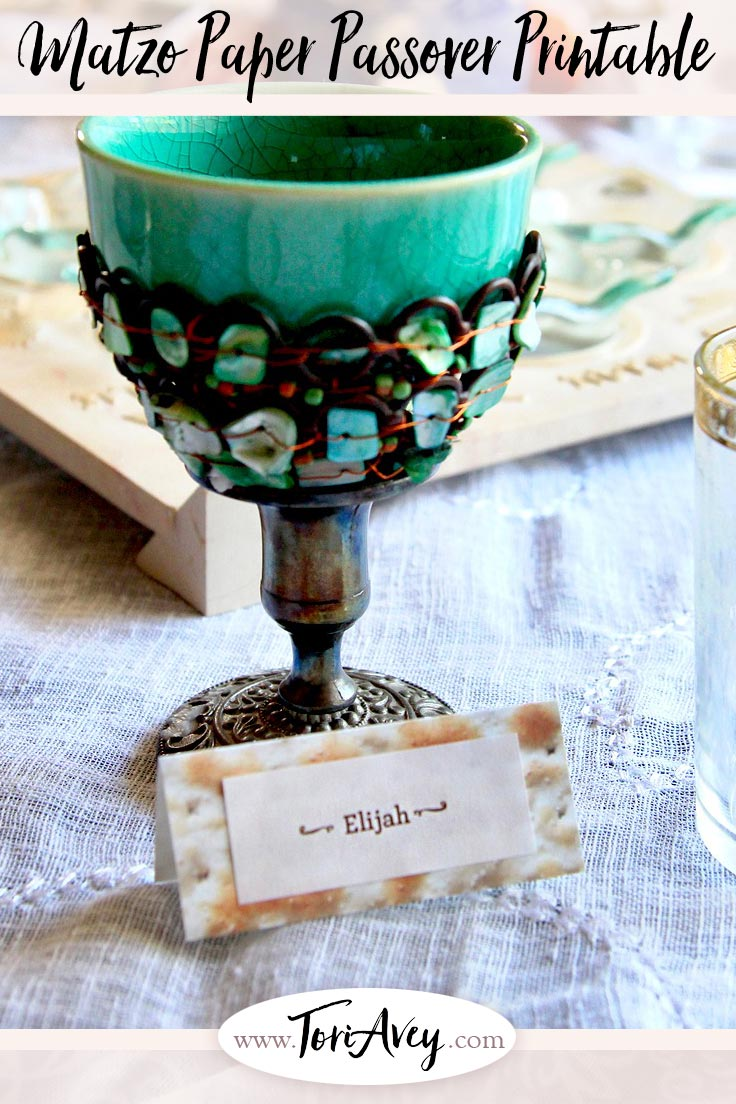 Matzo Paper Seder Craft - Make adorable decorations like personal menus, napkin rings and name cards for your Seder table using this free matzo paper printable.. | ToriAvey.com #Passover #seder #tablescape #crafts #papercrafts #Passoverseder #matzo #matza #menu #napkinrings #placesettings #Passovercraft